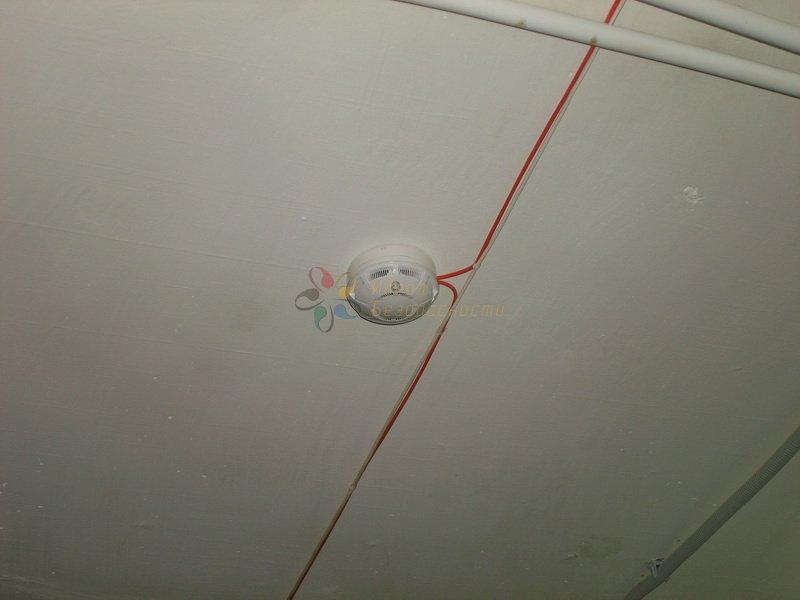 Дымовой датчик на потолочном перекрытии