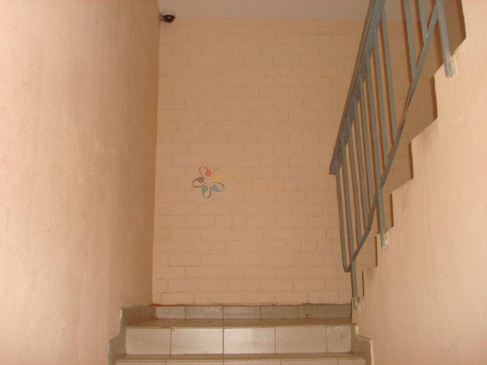 Видеокамера в подъезде на лестнице